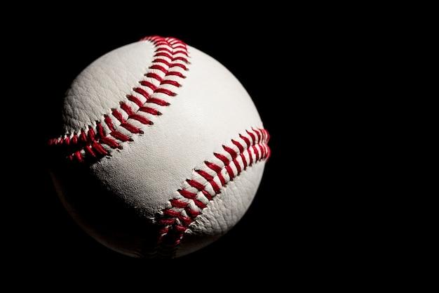 Piłka baseballowa zbliżenie na czarnym tle