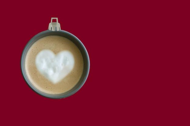Piłka choinkowa wykonana z czerwonego tła filiżanki kawy