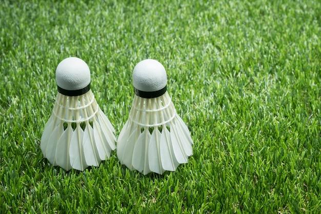 Piłka do badmintona na szkle