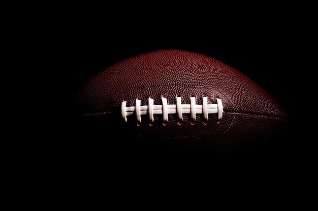 Piłka do futbolu amerykańskiego na czarnym tle