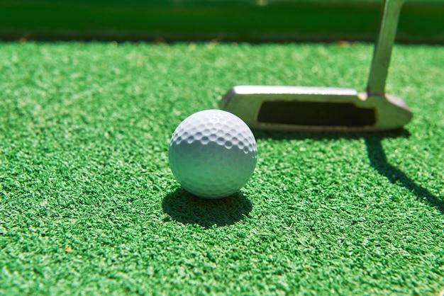 Piłka do minigolfa na sztucznej trawie. gra w sezonie letnim