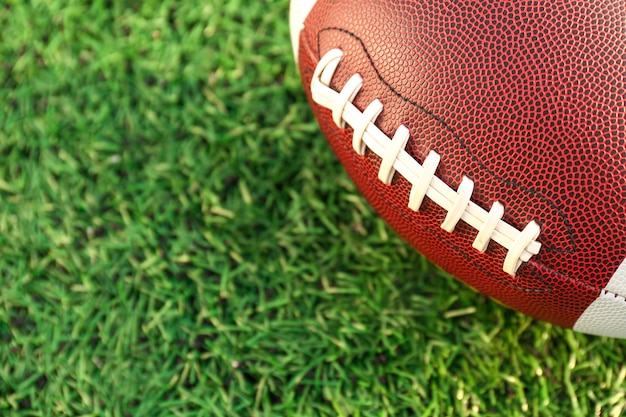 Piłka do rugby na zielonym polu na zewnątrz, zbliżenie