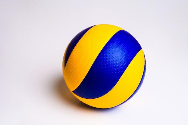 Piłka do siatkówki na białym tle.