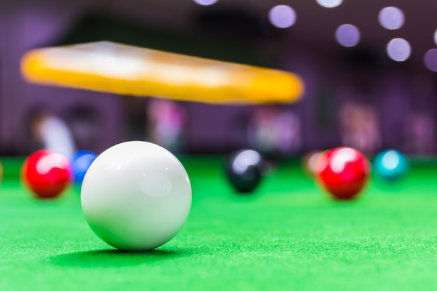 Piłka do snookera na stole do snookera