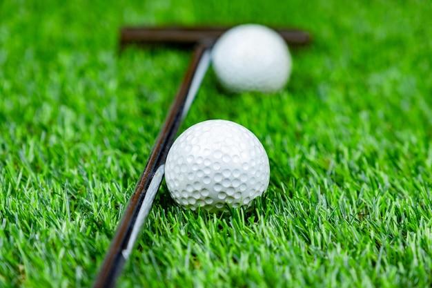 Piłka golfowa na trawie