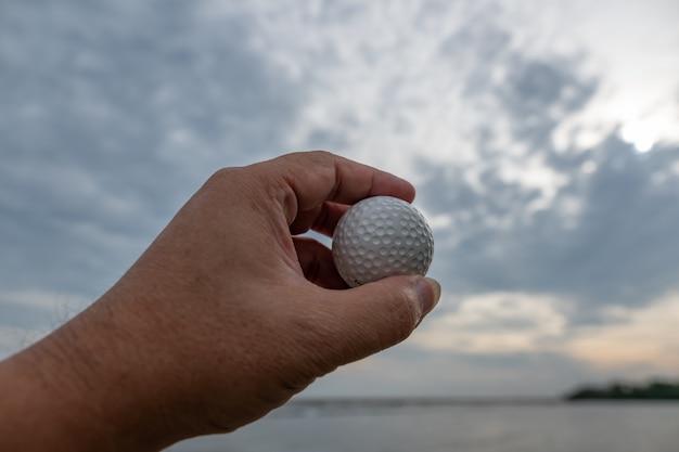 Piłka golfowa w ręku