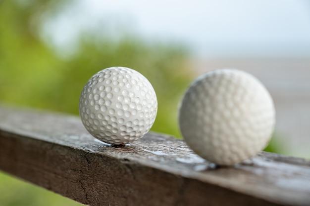 Piłka golfowa z widokiem na morze