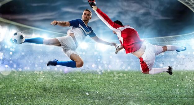 Piłka nożna bliska scena na stadionie bramkarza, który łapie piłkę