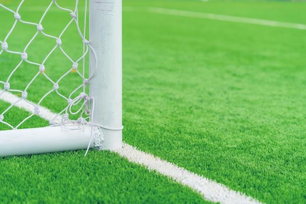 Piłka nożna cel z trawy polem.