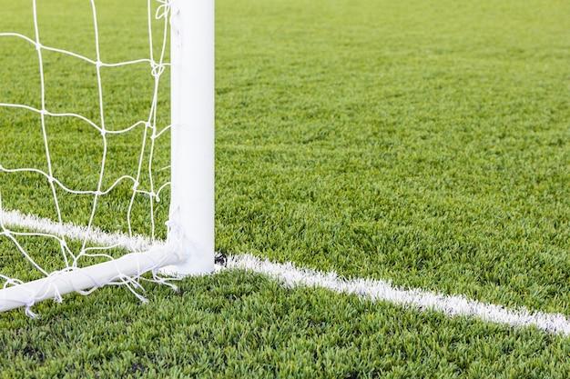 Piłka nożna cel z trawy polem