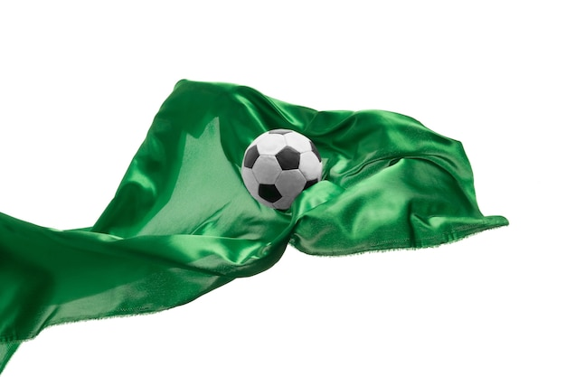 Piłka nożna i gładka, elegancka, przezroczysta zielona tkanina na białym tle lub oddzielona na białym studio
