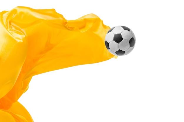 Piłka nożna i gładka, elegancka przezroczysta żółta tkanina na białym tle lub oddzielona na białym studio