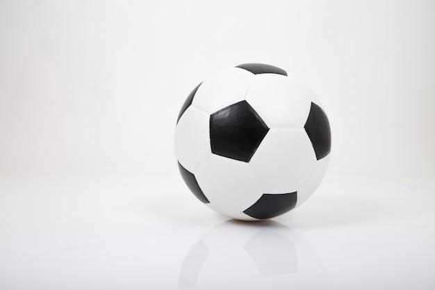 Piłka nożna lub piłka nożna. pojedynczo na białym tle.