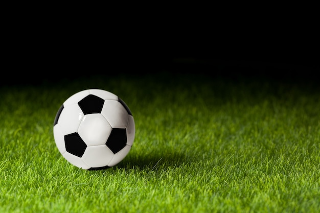 Piłka nożna na zbliżenie zielonej trawie. koncepcja - pasja piłkarska