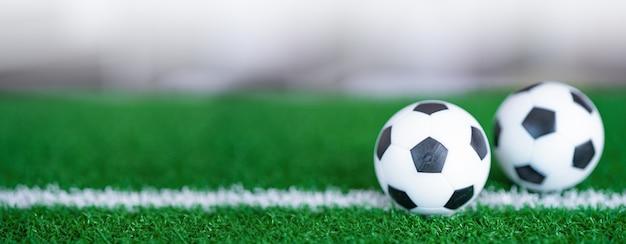 Piłka nożna na zielonym trawniku lub boisku, najpopularniejszy sport na świecie.