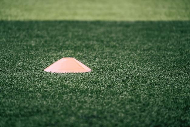 Piłka nożna sport sprzęt treningowy marker na zielonym polu szkolenia piłka nożna na świeżym powietrzu