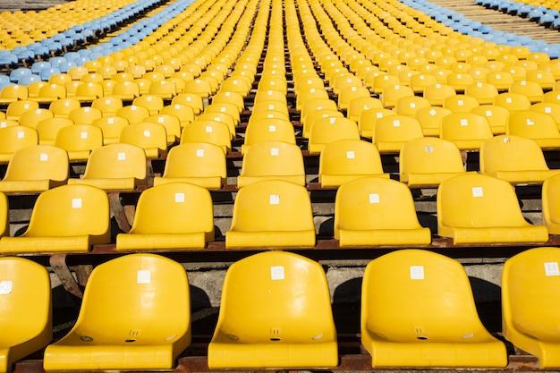 Piłka nożna żółty fotel piłkarski z rzędu
