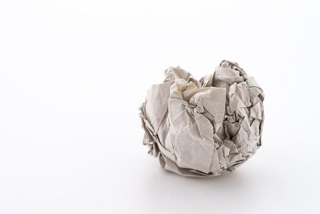 Piłka papieru z białym tłem