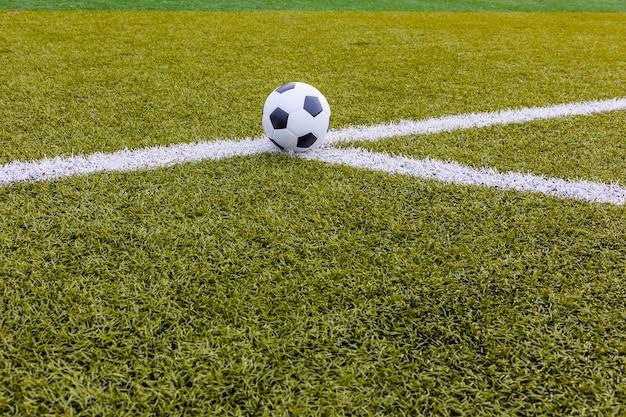 Piłka, piłka nożna sztuczna trawa z białym paskiem, stadion piłkarski