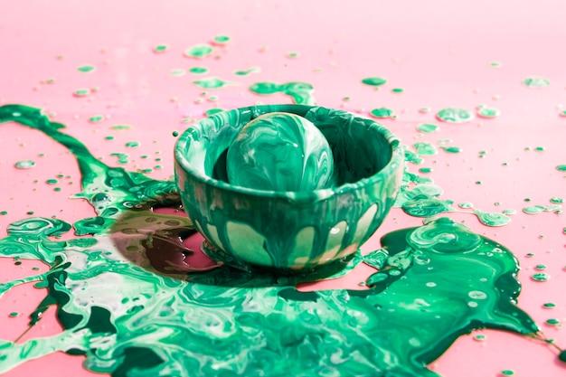 Piłka pod dużym kątem pokryta zieloną farbą