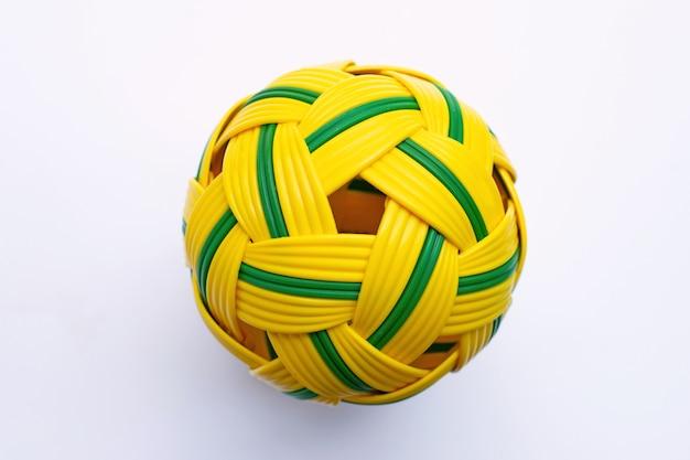 Piłka rattanowa na białym tle.