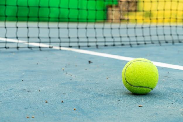 Piłka tenisowa na korcie