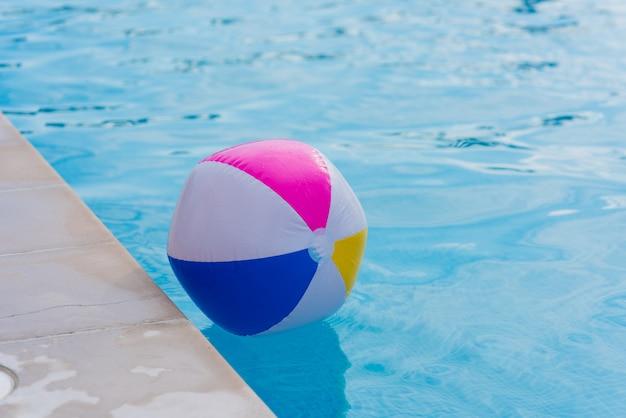 Piłka w basenie