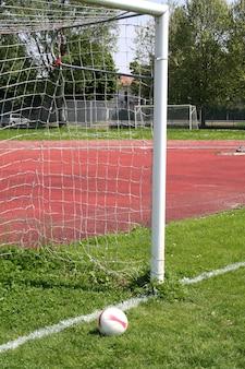Piłka w drzwiach piłki nożnej