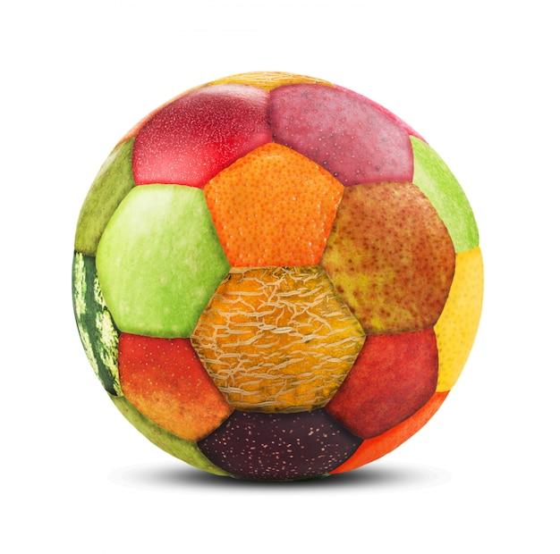 Piłka wykonana ze skórki owoców na białym tle
