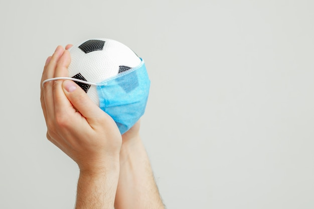Piłka z maską medyczną.