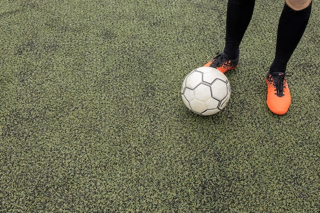 Piłka z nogami na boisku.