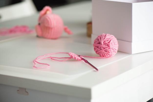Piłka z różowej przędzy z wełnianą nicią