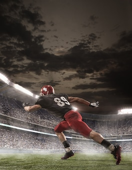 Piłkarz futbolu amerykańskiego w akcji na stadionie