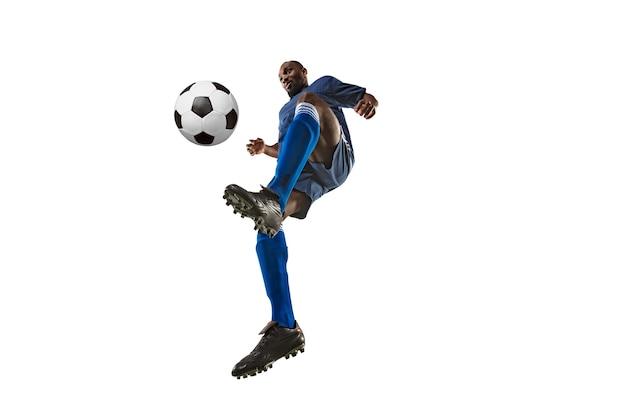 Piłkarz lub piłkarz na białej ścianie z trawą. przezwyciężenie. szeroki kąt.