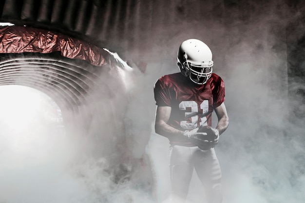 Piłkarz, wychodząc z zadymionego tunelu, gotowy do wyjścia na boisko