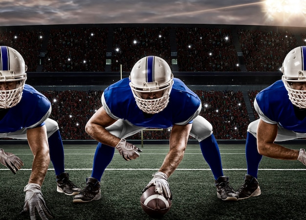 Piłkarze w niebieskim mundurze na linii wznowienia, na stadionie