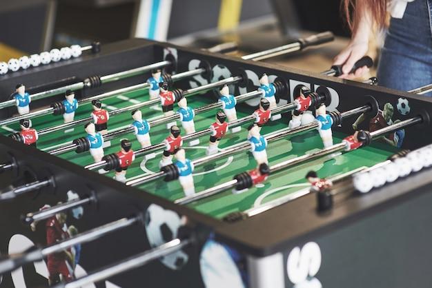 Piłkarzyki w centrum rozrywki. zakończenie wizerunek plastikowi gracze w meczu futbolowym