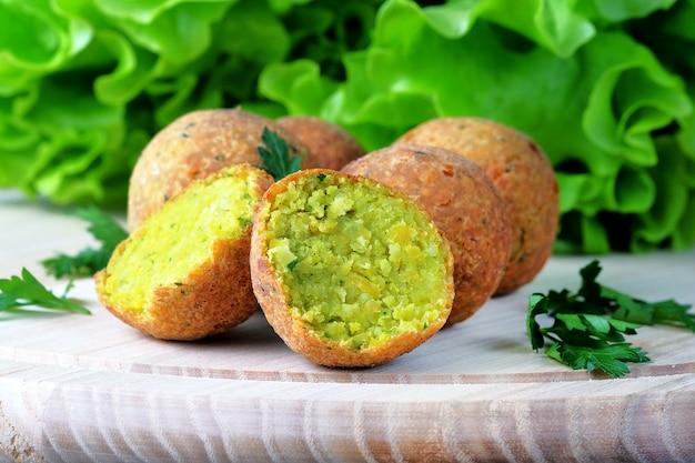 Piłki falafel na lekkiej desce do krojenia. wegańskie jedzenie na bliskim wschodzie.