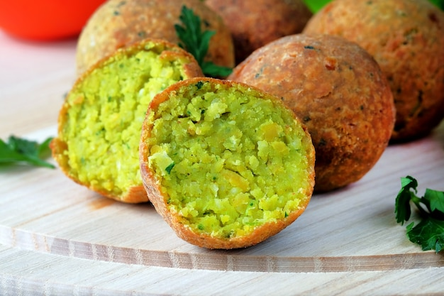 Piłki falafel na lekkiej desce do krojenia. wegetariańskie jedzenie na bliskim wschodzie.
