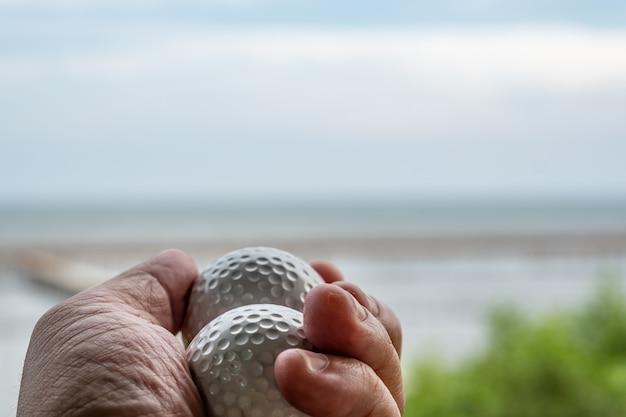 Piłki golfowe w ręku