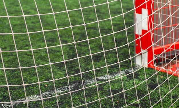 Piłki nożnej (piłka nożna) z bliska. siatka sportowa przy bramce piłkarskiej.