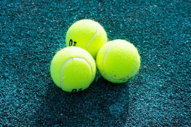 Piłki tenisowe leżą na korcie