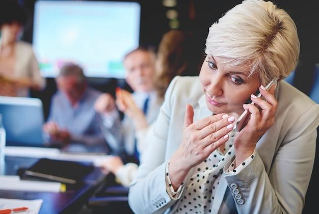 Pilna rozmowa telefoniczna podczas spotkania