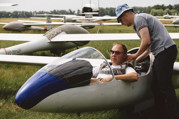 Piloci Przygotowujący Się Do Lotu Szybowcem Premium Zdjęcia