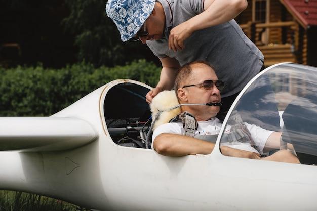 Piloci przygotowujący się do lotu szybowcem