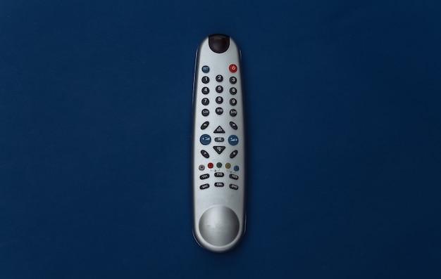 Pilot do telewizora na klasycznym niebieskim tle. kolor 2020. widok z góry