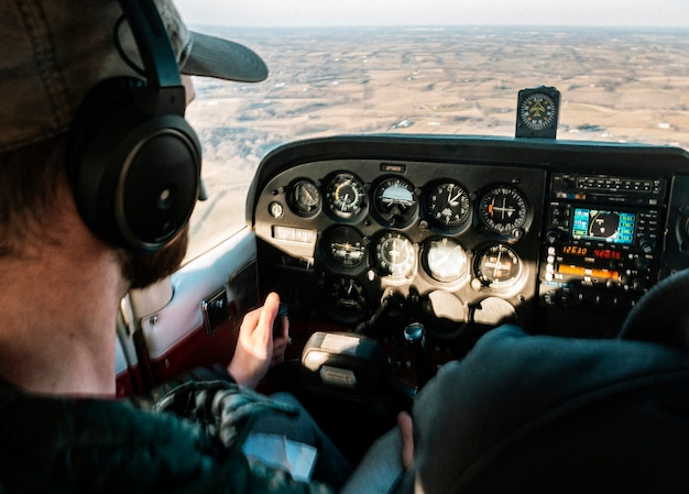 Pilot lecący samolotem w ciągu dnia