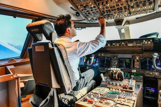 Pilot linii lotniczych pracuje w kokpicie