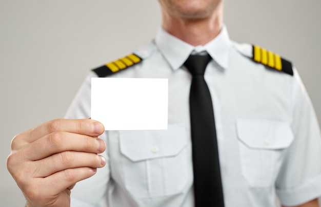 Pilot lotniczy pokazując pustą białą kartę
