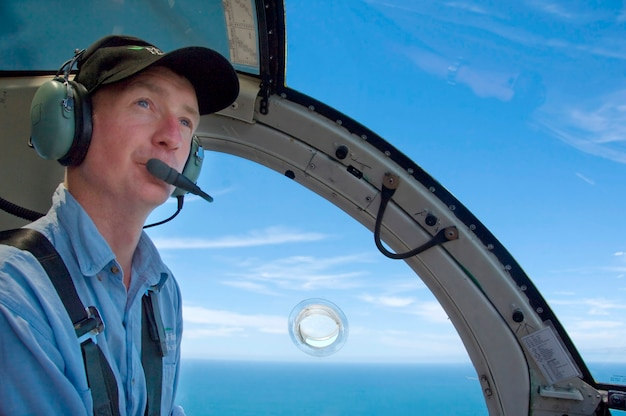 Pilot siedzi w kokpicie